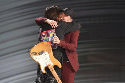 Baterista de Metallica entrega a Juanes premio a la Persona del Año