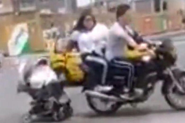 Pareja en moto arrastran coche de bebé indigna en redes
