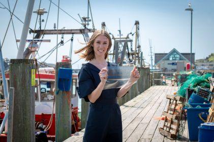 Joven crea plástico con desechos de pescado