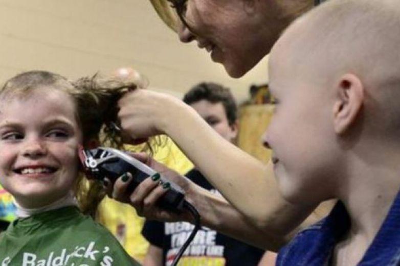 Se rapa niño en apoyo a su amigo con cáncer