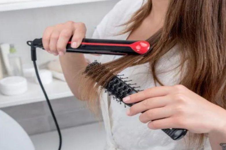 Joven de 17 años muere electrocutada por planchar su cabello