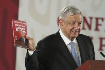 Presenta AMLO su nuevo libro: 'Hacia una economía moral'
