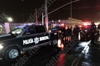 Municipales chocan en traslado de agente herido