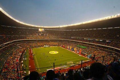Estallan contra reportera por llamar 'bolsa de pis' al Estadio Azteca