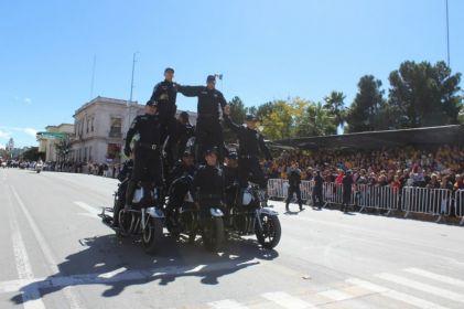 Motociclistas de la CES exhiben acrobacias en desfile
