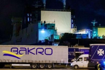 Hallan a 25 migrantes ocultos en frigorífico de un barco