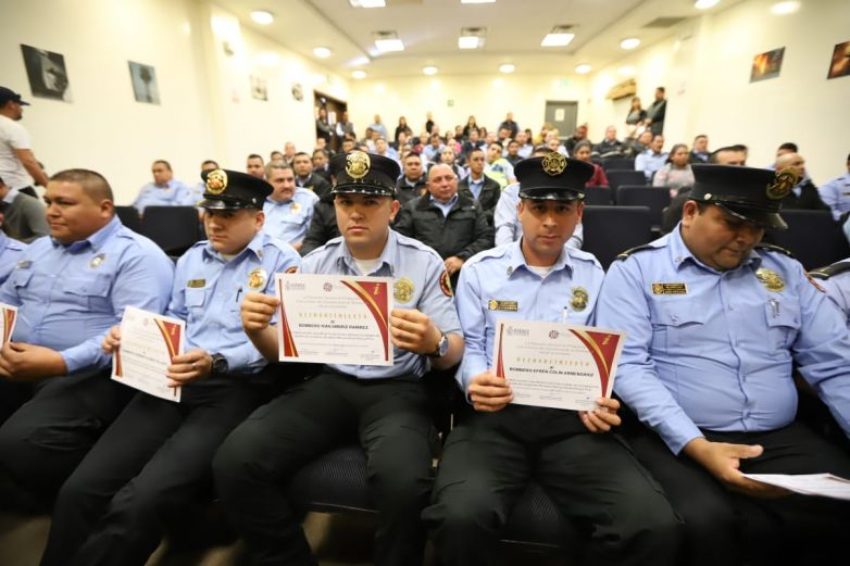 Reconocen a bomberos que rescataron a compañero
