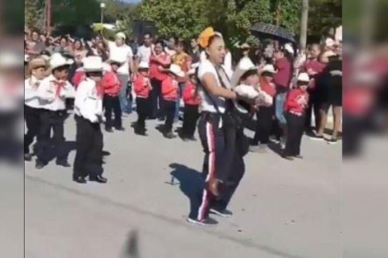 Maestra ayuda a niño con discapacidad para que bailara en festival