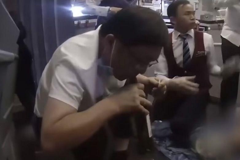 Médico succiona orina de la vejiga de anciano para salvarle la vida
