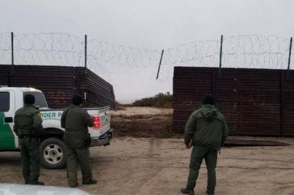 Cortan muro y cruzan la frontera con ¡todo y camioneta!