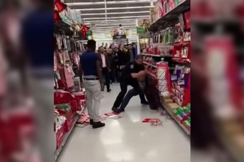 Hombres se agarran a golpes en tienda