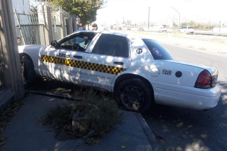 Se estrella taxi contra barandal de maquila sobre eje vial