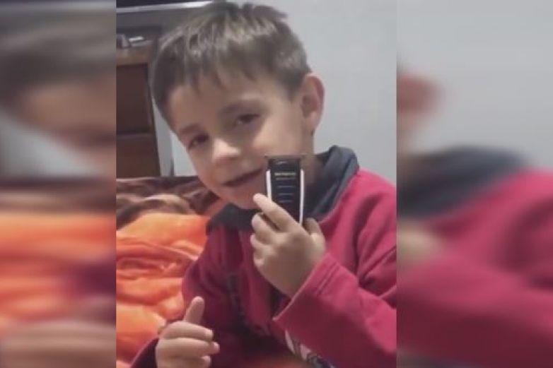 Niño se 'rasura la barba' y termina sin ceja mientras lo graban