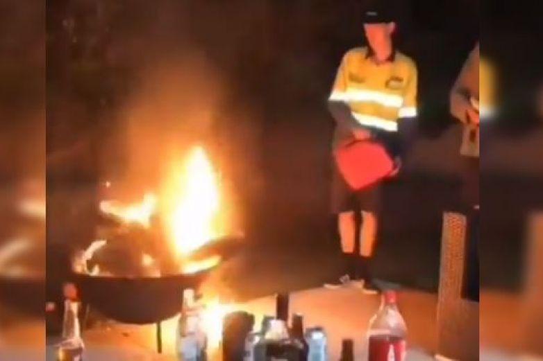 Jóvenes arden en llamas al querer apagar una parrilla