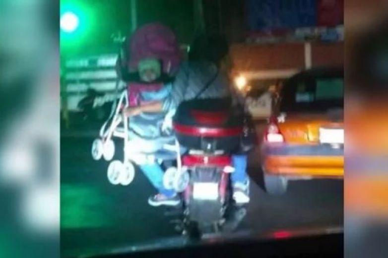 Indignan padres que viajan en moto con bebé en carriola