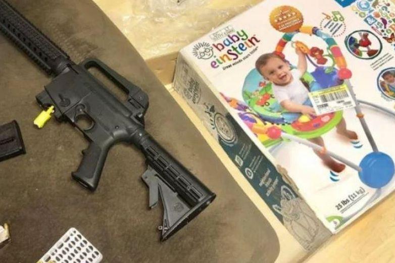 Mujer compra asiento para bebé y halla un rifle en su lugar