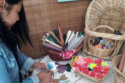 Madre de familia emprende negocio de originales moños