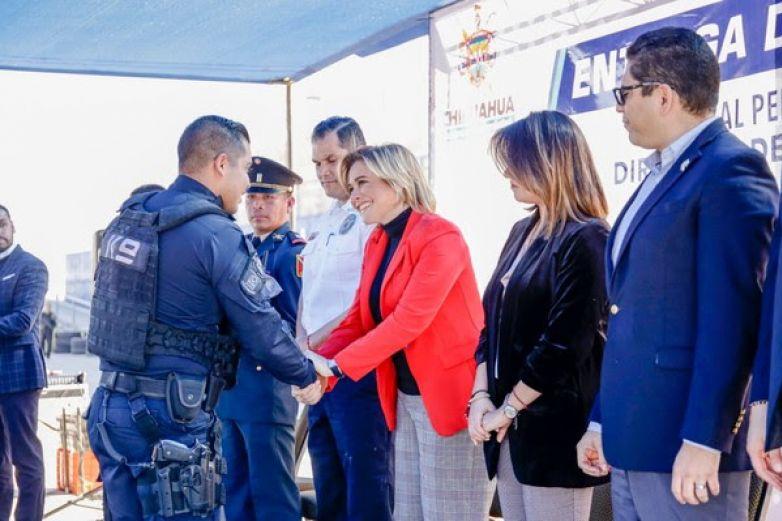 Entregan uniformes a policías, custodios y bomberos
