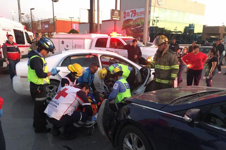 Una mujer y un niño de 3 años resultan heridos en choque