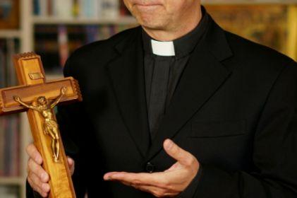 Proponen incluir a sacerdotes en Código Penal
