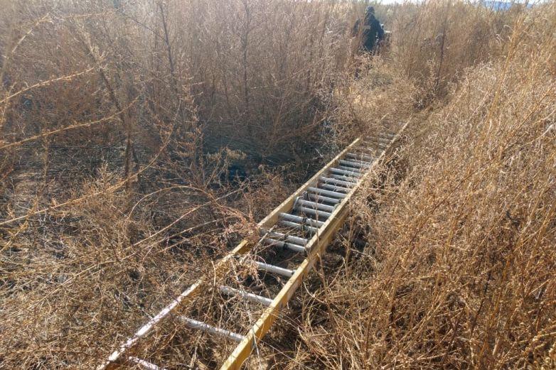 Encuentran 4 escaleras junto al muro en área de El Valle