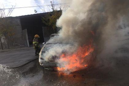 Arde vehículo en Lomas de San José