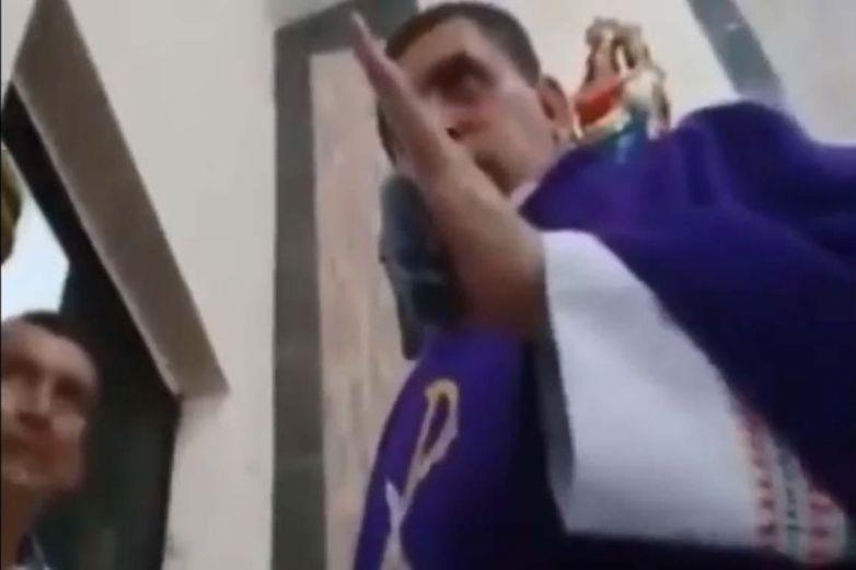 'No se haga pen...', exhiben a sacerdote insultando a feligreses