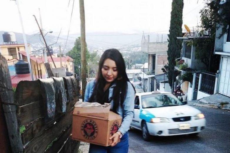 Mujer se hace viral cargando un cartón de cervezas