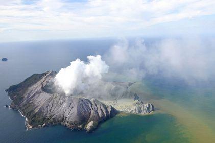 Tras erupción de volcán, se teme haya 13 muertos en Nueva Zelanda