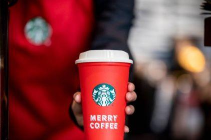 Starbucks te obsequia un vaso navideño reusable