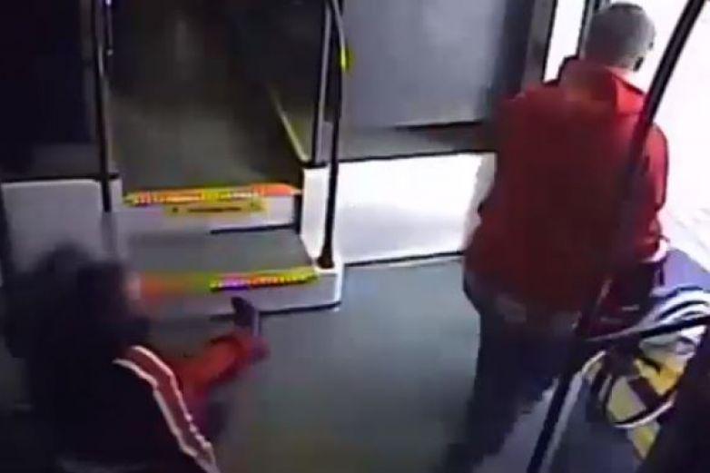 Hombre tumba a mujer de silla de ruedas para robársela