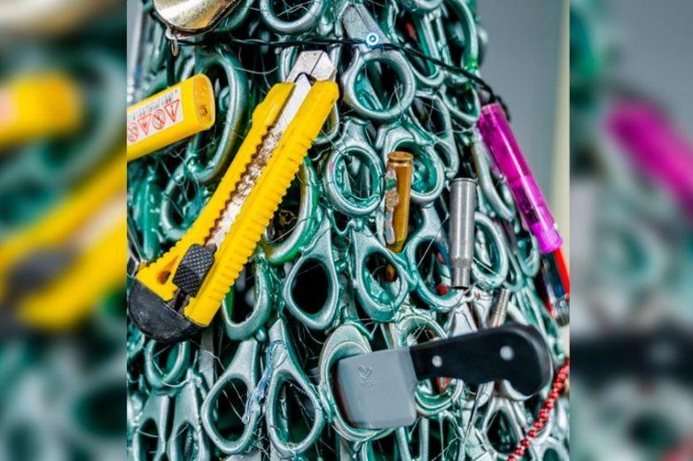 Aeropuerto crea árbol navideño con objetos confiscados