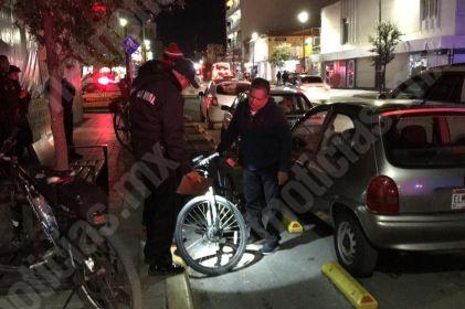 Guiador invade carril especial e impacta a ciclista