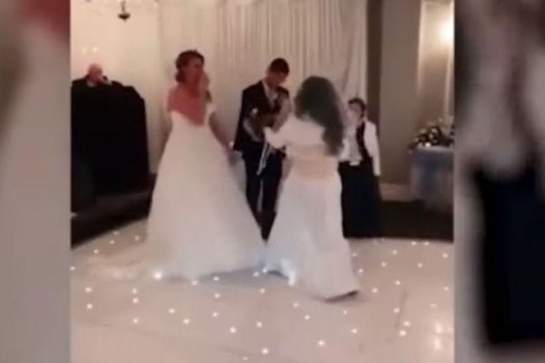 Mujer con vestido blanco irrumpe en boda y golpea al novio
