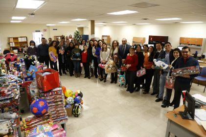 Alumnos de UACJ 'echan la mano' a Santa Bombero
