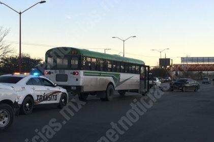 Mujer choca con dos camiones de transporte de personal