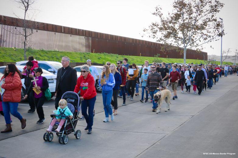 Piden posada en muro fronterizo; EU impide a familias acercarse