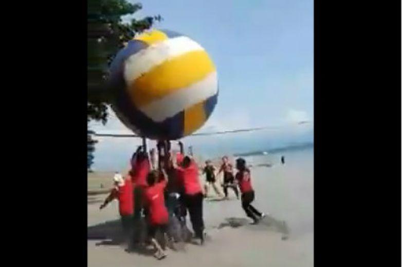 ¡Echan la reta de voleibol con pelota gigante!