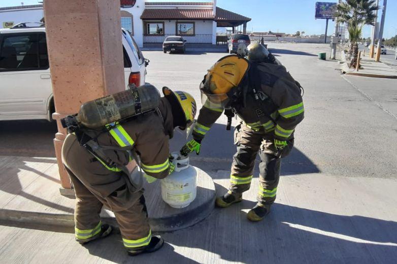 Atienden bomberos fuga de gas en la Ejército