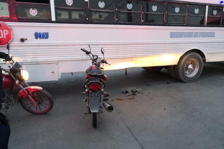 Motociclista choca contra camión de personal