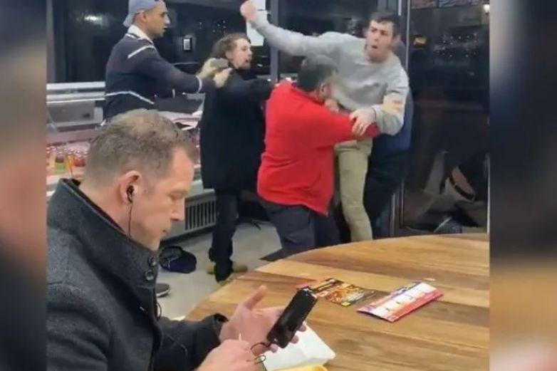 Hombre come tranquilamente en medio de una pelea y se convierte en meme