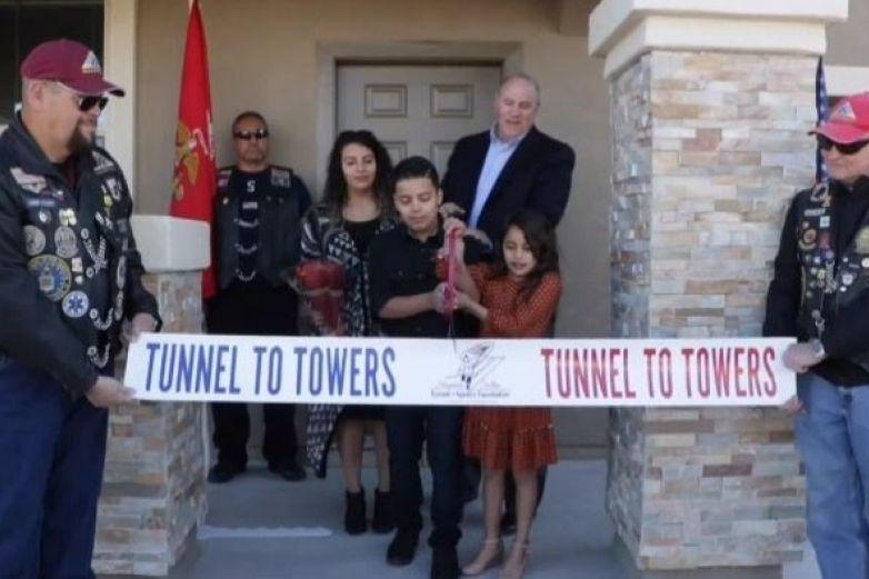 Recompensan a familia de soldado caído con casa nueva en El Paso
