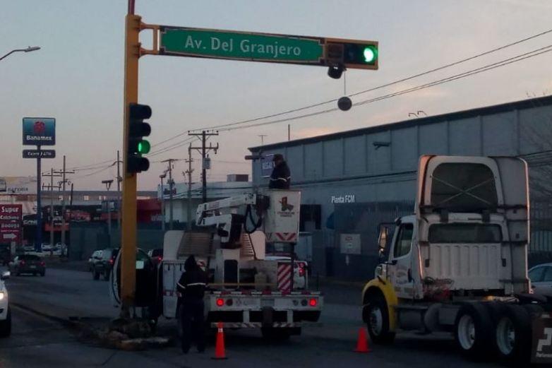 Reparan semáforo dañado por choque