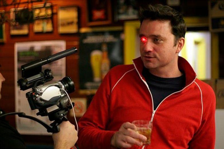 Hombre graba videos con prótesis ocular y lo asemejan con 'Terminator'