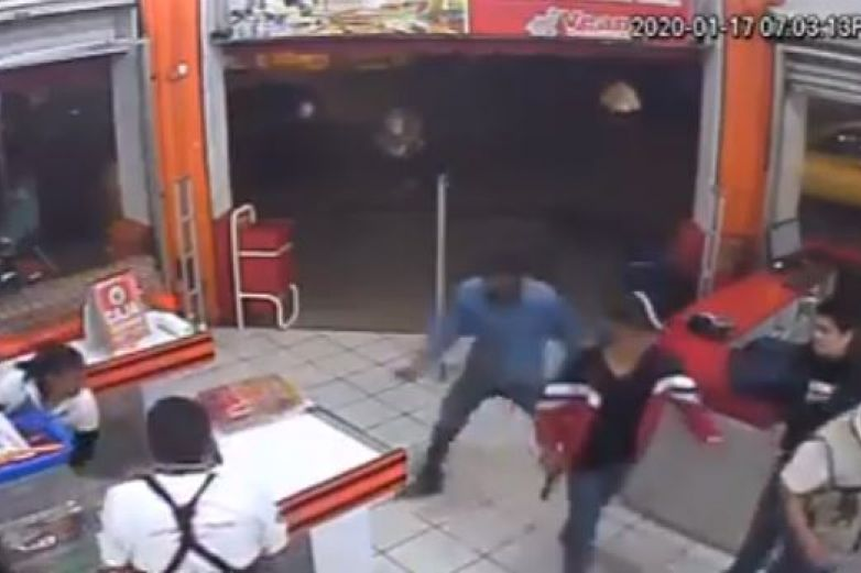 Intenta policía frustrar asalto y lo matan