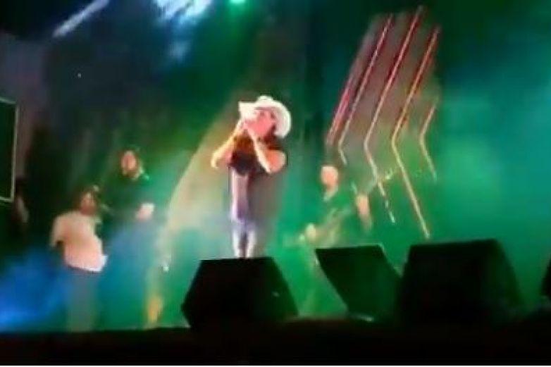 Cantante muere sentado en pleno concierto en vivo