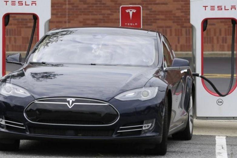 Le 'llueven' quejas a Tesla tras fallas técnicas en algunos de sus vehículos