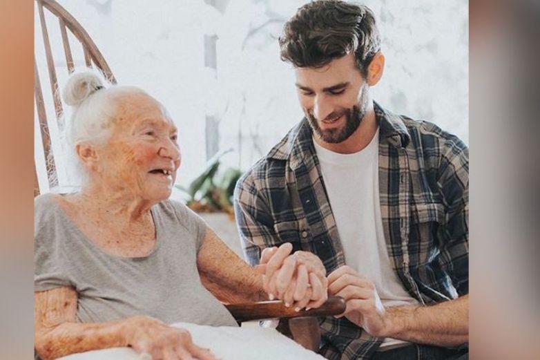 Hombre adopta a mujer anciana que quedó en el abandono