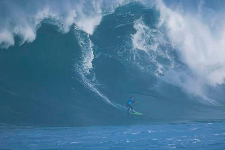 Surfista es 'engullido' por gran ola de 18 metros de alto en Portugal