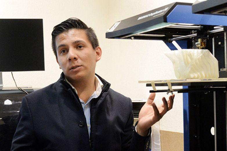 Diseña estudiante impresora 3D de huesos biodegradables